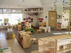 Love the simplicity and the rug Preschool Classroom Decor, Preschool Furniture, Preschool Rooms, Classroom Layout, Montessori Classroom, Classroom Design, Classroom Organization, Child Development Psychology, Preschool Programs
