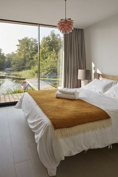 Backwater House is the name of this spectacular property built next to a secluded lagoon in Norfolk, England. Designed by award winning practice Platform 5 Architects, the contemporary waterside house sits in a serene setting with panoramic views ove Minimalist Bedroom, Modern Bedroom, Master Bedroom, Bungalow, Wooden Barn Doors, New Modern House, Clad Home, English House, House Built
