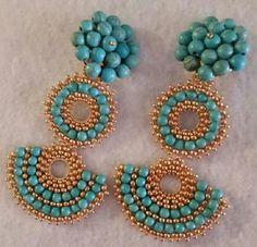 Aretes turquesa y dorado Beaded Earrings Patterns, Beaded Jewelry Designs, Bead Jewellery, Diy Earrings, Handmade Jewelry, Earring Tutorial, African Jewelry, Trendy Jewelry, Beads And Wire