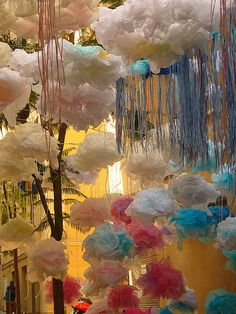 Love these little tissue paper balls!  I have made before, but never to look like jellyfish!  So smart!