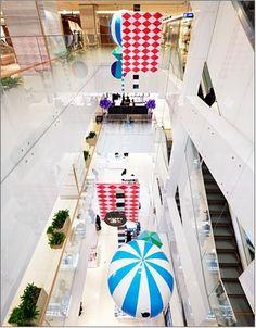 무역센터점 1층에서 3층 사이에 설치된 '해피기프트' 조형물 모습입니다.