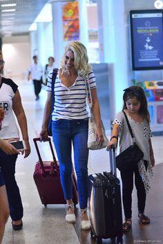 Flávia Alessandra viajou com a filha Olívia, de 6 anos, usando peças básicas e confortáveis na produção
