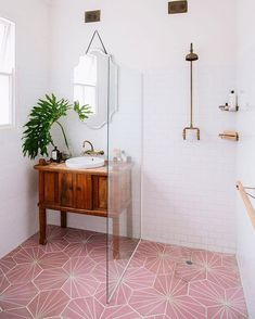 Scandinavian bathroom with patterned pink floor tile and walk-in shower Skandinavisches Badezimmer mit gemusterten rosa Bodenfliesen und ebenerdiger Dusche Spa Like Bathroom, Bathroom Floor Tiles, Bathroom Design Small, Tile Floor, Shower Bathroom, Bathroom Designs, Bathroom Bin, Gold Bathroom, Bathroom Cabinets