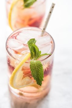A Summery Rosé Spritzer - Recipes - Cocktail Cocktails Champagne, Refreshing Cocktails, Classic Cocktails, Summer Drinks, Cocktail Recipes, Wine Recipes, Party Recipes, Spritzer Drink, Strawberry Wine