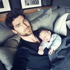 Cute Family, Family Goals, Beautiful Men Faces, Gorgeous Men, Cute Boys, Cute Babies, 6 Month Baby Picture Ideas, Daddy Aesthetic, Dad Baby