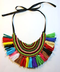 Collar babero tribal multicolor con flecos. mucho con demasiado este collar