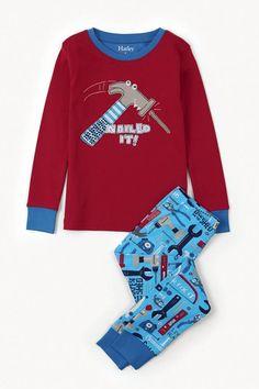 2-delige jongens pyjama Tools van het kinderkleding merk Hatley. Een pyjama uit 2 delen met een rode t-shirt. Op de t-shirt staat een afbeelding van een hamer die op een spijker klopt, met de tekst erbij : Nailed it !. De ronde hals en de uiteinde van de mouw is afgewerkt in het blauw.  De pyjama broek heeft een licht blauwe kleur, en is voorzien van een all over print van verschillende soorten en kleuren gereedschappen.