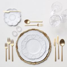Dinner setting from Casa de Perrin Farmhouse Dinnerware Sets, Gold Flatware, Cutlery, Dining Etiquette, Wedding Place Settings, Dinning Table, Table Arrangements, Dinner Sets, Wedding Reception Decorations