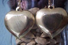 Brincos em metal dourado,formato de coração. <br>Altura 03 cm.