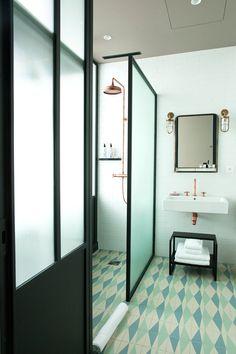 Salle de bain Carrelage graphique Verrière noire Chambre hôtel Restaurant The Hoxton Paris