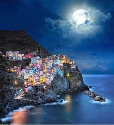 Manarola Cinque Terre Italy Photo by:. Cinque Terre Italy, Italy Map, Italy Italy, Best Cities, Vacation Spots, Amazing Photography, Travel Photos, Travel Destinations, Places To Visit