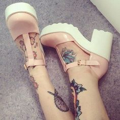 Imagem de tattoo, pink, and shoes #JellyShoesOutfit
