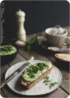Bärlauch-Feta-Aufstrich Delicious Sandwiches, Wrap Sandwiches, Chutneys, Low Carb Burger, Kitchen Time, Avocado Toast, Love Food, Food Photography, Food And Drink