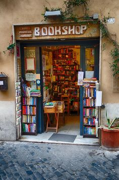 Rome -my best go to Bookshop in Trastevere. A favorite cafe- Hybris art gallery is across from it! I Love Books, Books To Read, My Books, Home Libraries, Paris Ville, Space Place, Book Aesthetic, Reading Nook, Reading Chairs