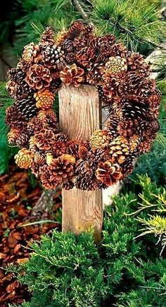 21 ideas for beautiful Christmas wreaths made of pine cones - NapadyNavody. Pine Cone Art, Pine Cone Crafts, Wreath Crafts, Pine Cones, Pine Cone Wreath, Noel Christmas, Rustic Christmas, Christmas Ornaments, Christmas Garden