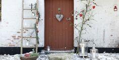 Sfeervolle kerstdecoratie bij de deur