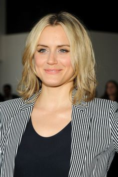Taylor Schilling Medium Layered Cut - Taylor Schilling sported an edgy-chic shoulder-length layered cut during the Theory fashion show. Easy Hairstyles For Medium Hair, Retro Hairstyles, Trending Hairstyles, Medium Layered, Layered Cuts, Orange Is The New Black, Short Hair Styles Easy, Medium Hair Styles, Taylor Schilling Hair