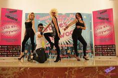 La novia y sus amigas en el restaurante de Organizatudespedida, Esto es Hollywood, el restaurante en Madrid especial para despedidas de sotlera originales. Hollywood, Movie Posters, Pageants, Discos, Saying Goodbye, Originals, Girlfriends, Film Poster, Billboard