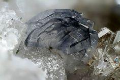 Cluster of lamellar azure crystals of titanite .