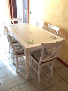 Tavolo trattato e decorato a mano, sedie colorate in tinta
