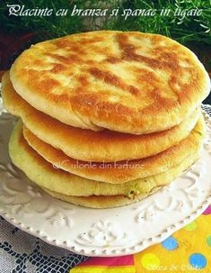 » Placinte cu branza si spanac in tigaieCulorile din Farfurie Romanian Food, No Cook Desserts, High Tea, Sandwiches, Deserts, Food And Drink, Bread, Meals, Cookies