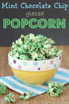 Mint Chocolate Chip Glazed Popcorn a fun and healthy snack that reminds you of a favorite ice cream flavor! Flavored Popcorn, Popcorn Recipes, Gourmet Popcorn, Snack Recipes, Dessert Recipes, Cooking Recipes, Sin Gluten, Gluten Free, Popcorn Cupcakes