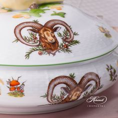 Vegetable / Ragout Dish CHTM Hunter Trophies pattern with Green rim - Herend fine china. Vegetable Dish w. Branch Handles and Bird Knob Elegant Table, Dinner Sets, Forest Animals, Fine China, Vegetable Dishes, Knob, Pet Birds, Hunting, Vegetables