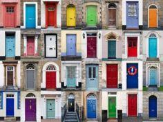Een foto collage van 32 kleurrijke voordeuren van huizen en woningen: gaaf als poster aan de muur.