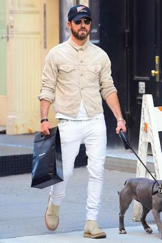 Justin Theroux on the street in New York City l Menswear l Men fashion outfit look street style Tom Ford Jacket, Justin Theroux, Look Street Style, Baggy Clothes, Best Dressed Man, Pinstripe Suit, Denim Jacket Men, Luxury Dress, Famous Men