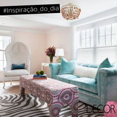 Ambientes em tonalidades suaves, como o estar, conferem tranquilidade e conforto ao lar. Com décor composto por mobiliário aconchegante em veludo, além de peças luxuosas, como a poltrona branca e a luminária com design delicado, o espaço é sinônimo de sofisticação. Contemplado com ampla iluminação natural, o cômodo é ideal para relaxar.