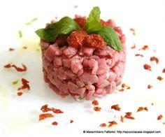 La Piccola Casa: La carne cruda: tartare di girello con coriandoli di pomodori ciliegini, finocchietto selvatico, sale al peperoncino chipotle affumicato e emulsione di olio evo e yerba buena