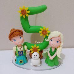 Topo de bolo em biscuit inspirado no tema Frozen Fever.    Frete por conta do cliente.