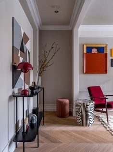 Studio Couture Interiors has transformed a boring small apartment with a typical layout into an elegant and vibrant second home for the client. Designers ✌Pufikhomes - source of home inspiration Red Interior Design, Home Interior, Interior Design Living Room, Interior Decorating, Small Apartment Interior Design, Design Hall, Small Appartment, Cuisines Design, Contemporary Interior