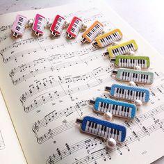 いいね!132件、コメント6件 ― コドモノテさん(@kodomono_te)のInstagramアカウント: 「鍵盤ハーモニカの刺繍ブローチ、1ダースできました。 #embroidery #handmade #handembroidery #needlework #ハンドメイド#手刺繍 #刺繍…」