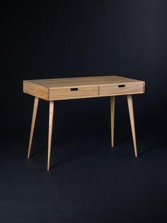Ce bureau a été inspiré par le design scandinave moderne du milieu du siècle. De développer une pièce de mobilier qui n'est pas seulement belle mais aussi fonctionnelle - nous l'avons équipée avec des zones de stockage: cavité et les tiroirs. Notre bureau, en bois de chêne massif et bois