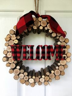 DIY log projects can be very creative and add warmth to your home. - DIY log projects can be very creative and add warmth to your home. Plaid Christmas, Country Christmas, Christmas Holidays, Christmas Wreaths, Christmas Decorations, Cabin Christmas Decor, Christmas Ornaments, Log Projects, Diy House Projects