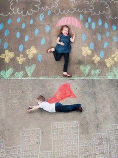 Pas de besoin de sable pour s'amuser ! Prenez vos plus belles craies et mettez en scène vos kids dans des décors barrés ! Fou rires et bons souvenirs garantis ;)