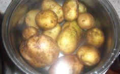"""""""Vyleváte vodu z brambor? Jde však o nesmírnou chybu!"""" – Po přečtení tohoto článku už to nikdy neuděláte Potatoes, Vegetables, Fruit, Food, Potato, Essen, Vegetable Recipes, Meals, Yemek"""