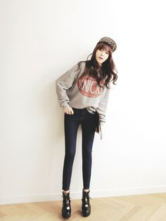Very cute casual outfit with the sweatshirt, black jeans, black heels, and a snapback.