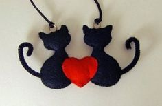 Felt Cat Couple with Heart Cat Crafts, Diy And Crafts, Arts And Crafts, Hanging Ornaments, Felt Ornaments, Felt Decorations, Felt Cat, Felt Patterns, Heart Ornament