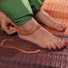 Enhance your personality in all traditional functions by wearing Uttara Anklets by Tarinika. It has perfect plating to give your feet much deserve attention. Silver Anklets Designs, Anklet Designs, Necklace Designs, Ankle Jewelry, Ankle Bracelets, Anklets Online, Décor Antique, India Jewelry, Gold Jewelry