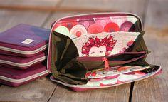 machwerk: Geldbeutel Grete aus Stoffen von Tula Pink und lila Ziegenleder