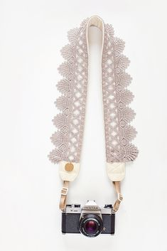 Washed Ashore Camera Strap By Bloom Theory @ Ruche. This elegant goddess-inspired taupe crocheted lace camera strap from Bloom Theory features extra padding for a comfortable fit. Vivre Bio, Estilo Geek, Cute Camera, Hipster Camera, Ideias Diy, Camera Straps, Just In Case, Photos, Craft Ideas