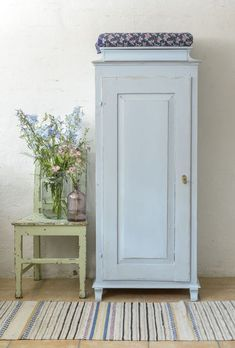 Newest Absolutely Free Farmhouse style decorating blue 67 best ideas Concepts To build a traditional-looking place house, you can reference these additional functions: White pla Farmhouse Style Decorating, Farmhouse Decor, Vintage Farmhouse Décor, Swedish Farmhouse, Monsaraz, Dining Table Makeover, Diy Inspiration, Furniture Styles, Furniture Websites