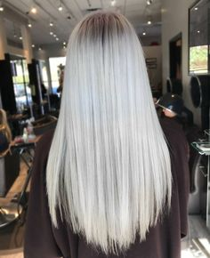 Platinum + Ash Root by with the help of the Fanola No Yellow shampoo 💜 Tag a friend who should get this color! Ash Grey Hair, Grey Blonde Hair, Blonde Hair Looks, Grey Wig, Silver Grey Hair, Platinum Blonde Hair, Wet And Wavy Hair, No Yellow Shampoo, Natural Hair Styles