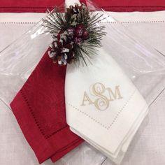 A la hora de organizar una mesa, un detalle importante son los servilleteros, @casamargot tiene los ideales para ti y dándole una pincelada de temporada con nuestras servilletas bordadas en tonos crema y rojo. #MarcanLenceria #Xmas