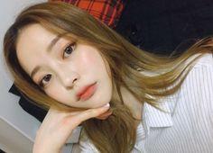 """มาส่องโทนผมสีสวยของสาว """"Bora Lim"""" ไอดอลสาวหน้าตาจิ้มลิ้มจากเกาหลีที่มีสีผมที่อินเทรนด์กับเทรนด์ตอนนี้สุดๆ"""