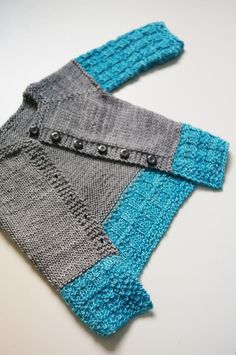 Skimmer Mini – a pattern from Yarn-Madness Available languages: English Ravelry page 3 USD / 20 SEK : Skimmer is a seamless top-down cardigan for babies and children, long sleeved to … Sweater Knitting Patterns, Knit Patterns, Knitting Sweaters, Knitting For Kids, Knitting Projects, Dk Weight Yarn, Baby Cardigan, Kids Wear, Baby Quilts