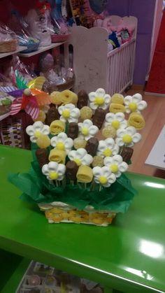 Cesta de chuches flores y bombones en blanco y amarillo