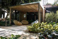 Chris Pierro, Jardim das Casas. Para chegar às casas projetadas especialmente para CASA COR, o visitante confere as folhagens cheias de texturas do jardim da paisagista Chris Pierro. A espécies tropicais garante a brasilidade do projeto.